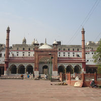 Fatehpuri Mosque 2/4 by Tripoto